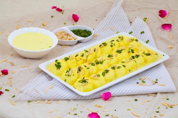 インドの伝統的な特別なデザートラスマライ