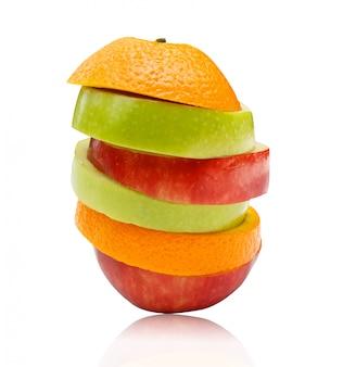 スライスしたリンゴと白い背景で隔離されたオレンジ色の果物