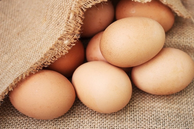 木製の背景に新鮮な卵