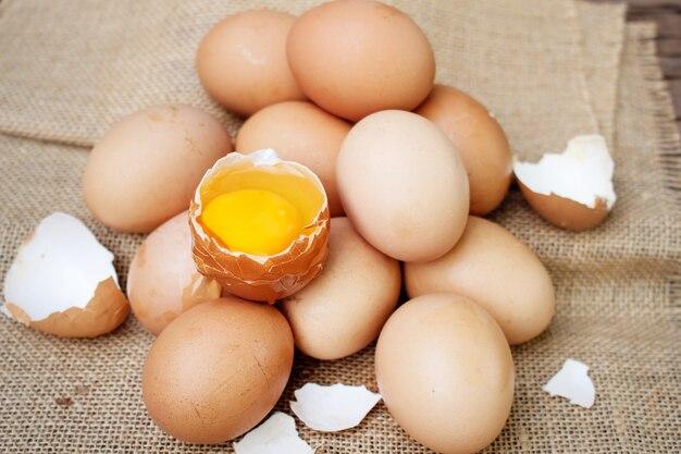 木製の背景に新鮮な卵。自然の健康食品と有機農業のコンセプトです。