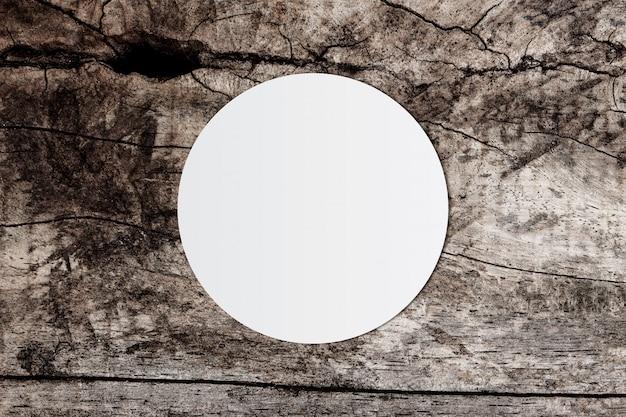 白い丸紙と古い木製の背景上のテキスト用のスペース