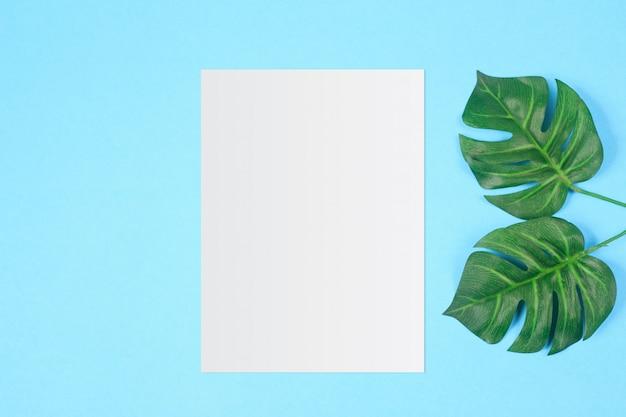 Белая бумага и место для текста на фоне пастельных цветов, минимальная концепция