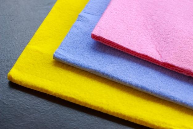 クリーニング用のテーブルの上のシャモア布のカラフル