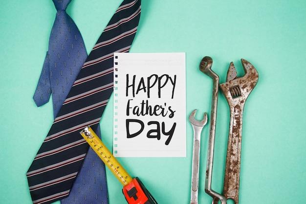 Счастливый день отца текст со старыми ржавыми инструментами и галстуками на фоне зеленой бумаги