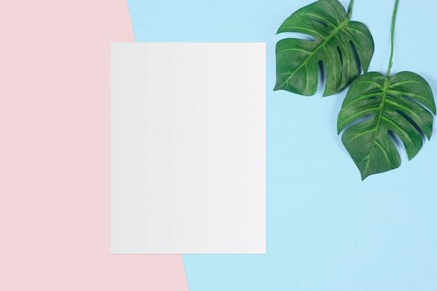 Белая бумага и место для текста на фоне пастельных цветов