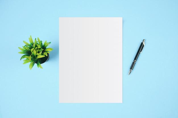 白いテンプレート用紙と青い背景上のテキスト用のスペース。