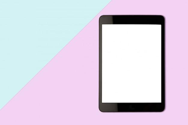 パステルカラーの背景、フラットレイアウト写真に空白の画面を持つデジタルタブレット