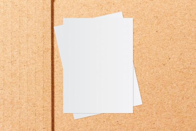 ホワイトペーパーとクラフト用紙の背景上のテキスト用のスペース