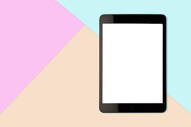 Цифровой планшет с пустым экраном на фоне пастельных цветов, плоская планировка фото