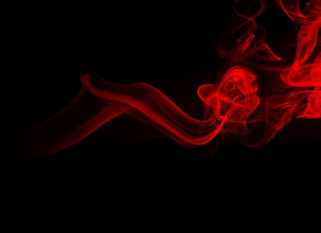 黒の背景、火のデザインに赤い煙