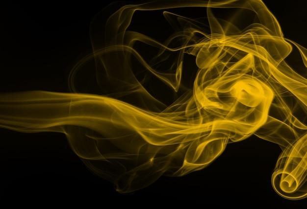黒の背景、火のデザインに黄色の煙抽象