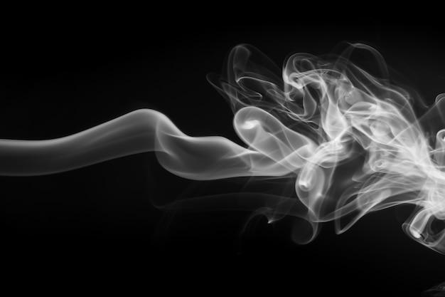 白い煙、黒の背景、火災設計に関する要約