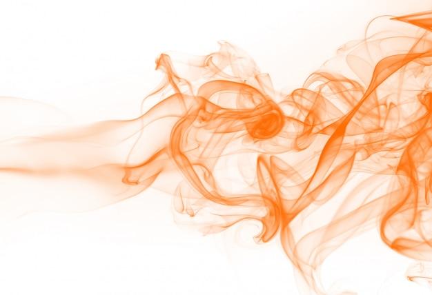 白い背景の上のオレンジ色の煙の要約。インクの水色