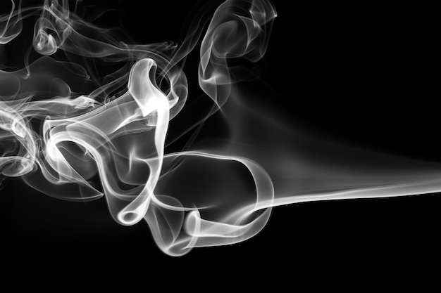 白い煙、黒い背景に火のデザイン