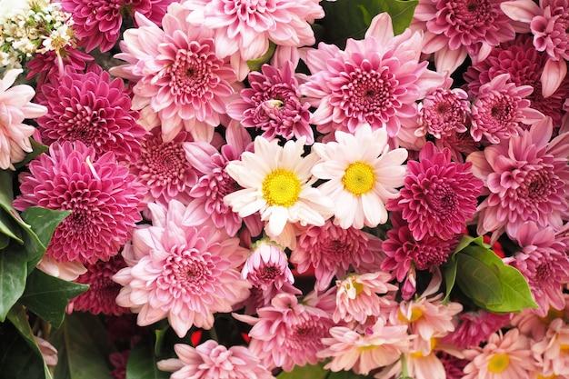 背景として美しい色とりどりの花