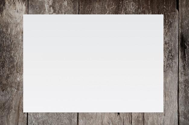 テキスト入力のための古い木製の背景の空白のホワイトペーパー。