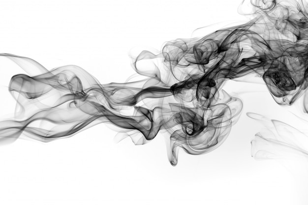 白い背景の上の抽象的な黒い煙