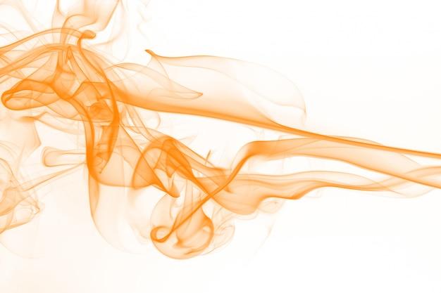 白い背景に、インクの水の色に分離された黄色い煙