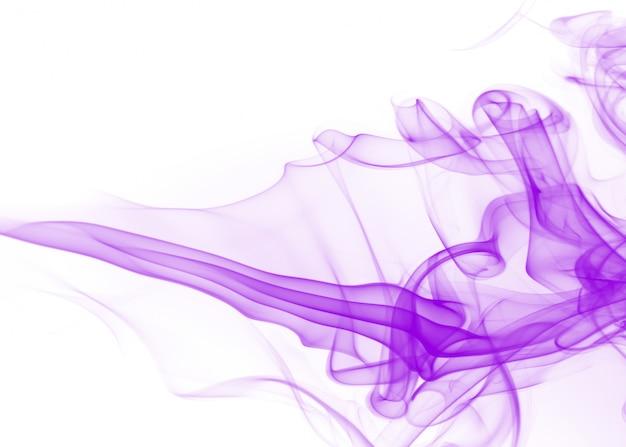 Густой дым, фиолетовый дым абстрактный на белом фоне