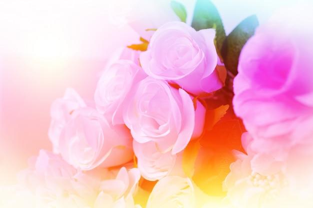 柔らかくてぼかしスタイルの甘いカラフルなバラのブーケ