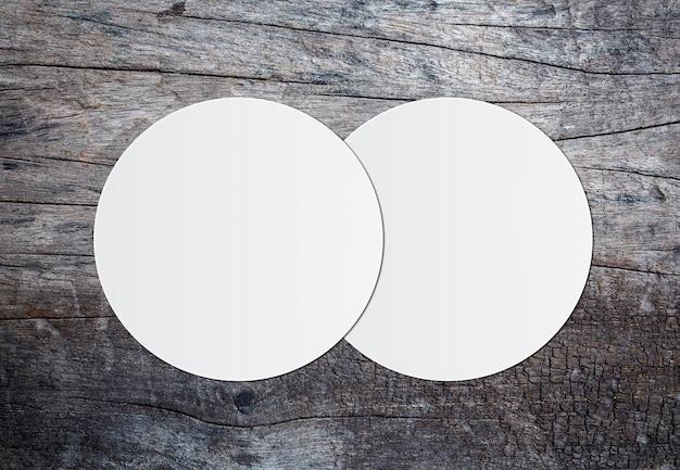 白い円の紙と木製の亀裂の背景にテキストのためのスペース