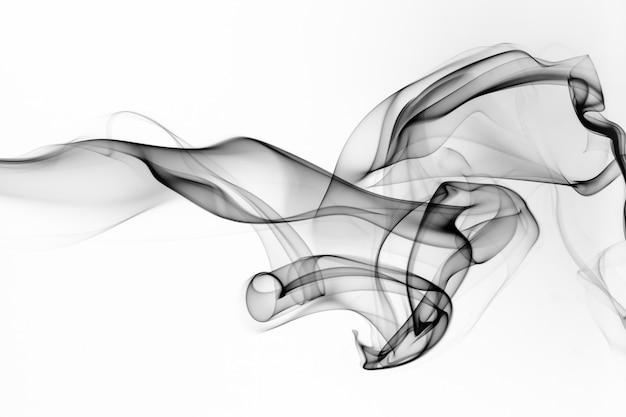 Черное движение дыма на белом фоне, огонь