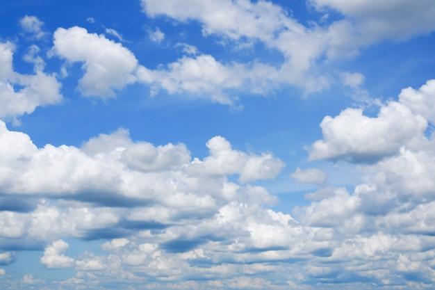 白い雲の自然な背景と青い空