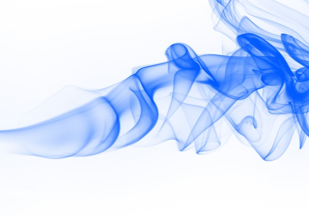 Красивый синий дым аннотация на белом фоне, чернила воды