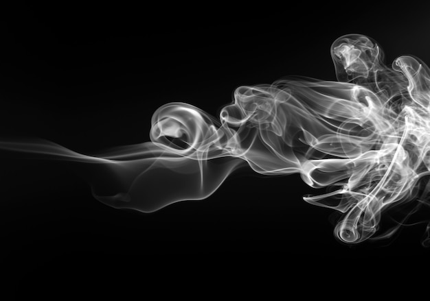 Белый дым аннотация на черном фоне, огонь