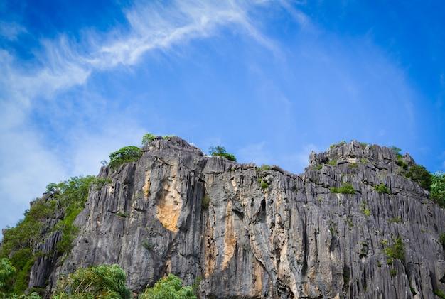 青い空を背景に大きな岩山