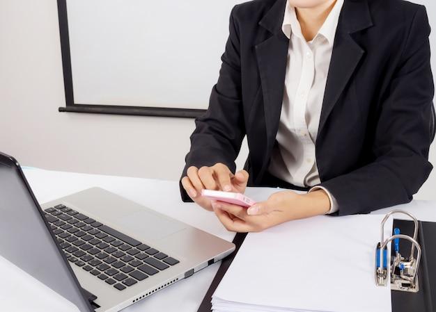 Бизнес с использованием цифрового компьютера с современным мобильным телефоном. новые технологии для концепции успеха рабочего процесса. выборочный фокус