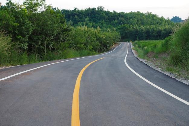 アスファルト道路がタイの山をカット
