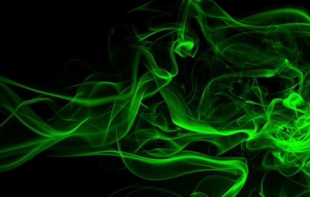 黒の背景に緑の煙の抽象的な