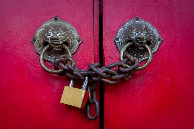玄関にハインを持つロックされた南京錠。フォーカスを選択