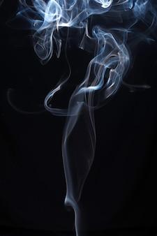 青と白の黒い背景に煙