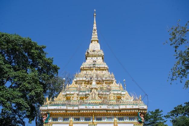 森の中の屋根の小さな寺院