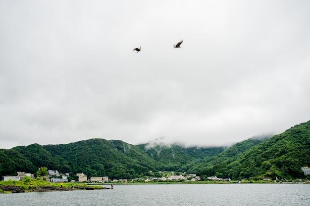 漁師の男と富士山の近くの日本の湖
