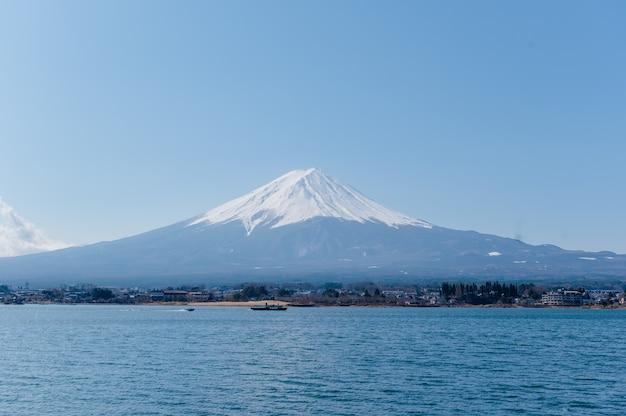 Гора фудзи с лодкой и морем