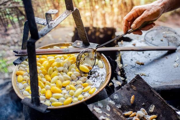 沸騰したお湯で黄色の卵