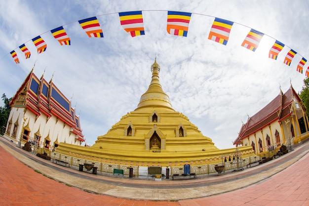 寺院と旗の大きな塔