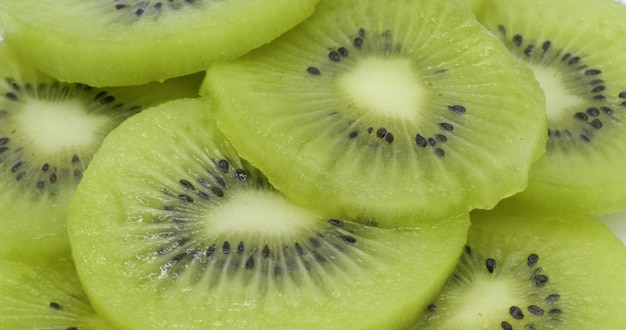 スライスしたキウイフルーツと健康的な食事の背景