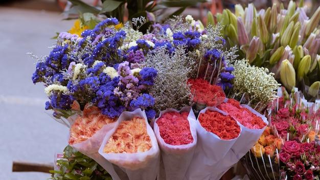 色とりどりの花が市場に集まります。