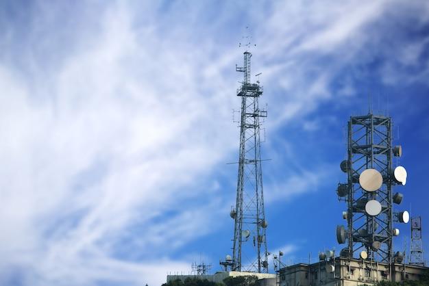 Башня связи на голубом небе.