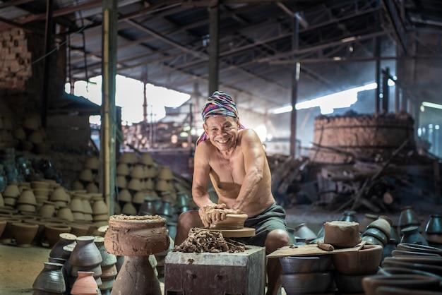 陶器粘土で作られた、土器粘土工芸品、クローズアップ。