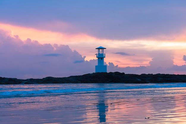 反射と夕暮れの灯台。