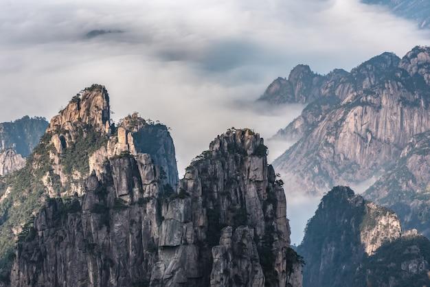中国安徽省の松の木と黄山のランドマーク。