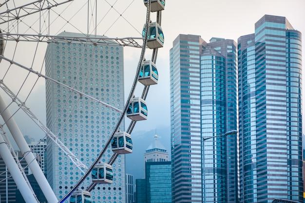 香港の街の背景を持つ観覧車。