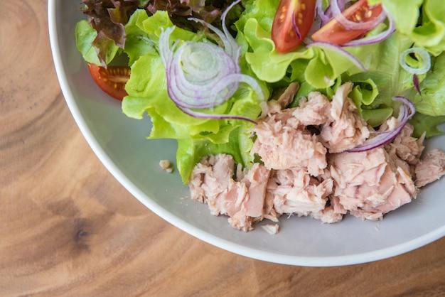 Салат из тунца с овощами в большой тарелке.