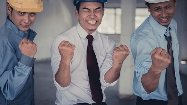 拳バンプ、拳バンプの同僚のコラボレーションを与えるビジネス人々のグループが手を合わせ、