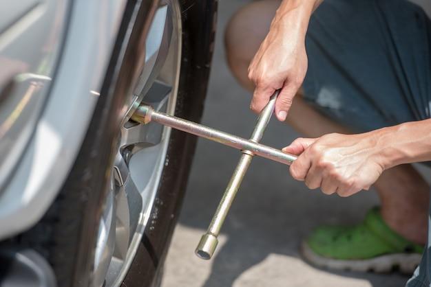 車のタイヤの交換、クローズアップ、車の修理、メンテナンスサービス。